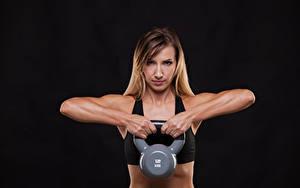 Обои Фитнес Черный фон Физические упражнения Руки Гантели Смотрит Девушки Спорт