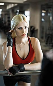 Картинки Фитнес Блондинка Смотрит Перчатки молодая женщина Спорт