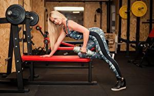 Фотография Фитнес Блондинок Тренировка Гантели Спортзал Руки Смотрит молодые женщины Спорт