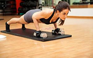 Картинка Фитнес Шатенка Тренировка Гантелей Отжимание Молодая женщина спортивный Спорт