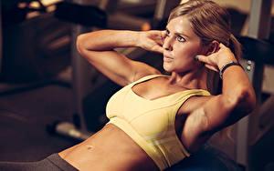 Обои Фитнес Шатенки Тренируется Рука Живота девушка Спорт