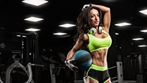 Картинка Фитнес Брюнетки Поза В наушниках Руки Перчатки Мяч Живота Шортах девушка Спорт