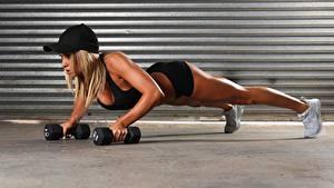 Картинки Фитнес Гантели Кепкой Рука Планка упражнение спортивный Девушки