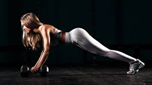 Фотографии Фитнес Гантели Шатенки Униформе Рука Отжимается Ног спортивные Девушки