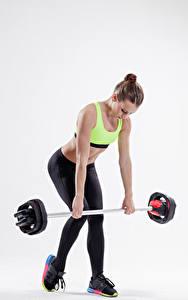 Картинки Фитнес Серый фон Шатенка Физические упражнения Штанга Девушки Спорт
