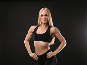 Картинки Фитнес Сером фоне Поза Блондинки Смотрят Рука Живот молодая женщина