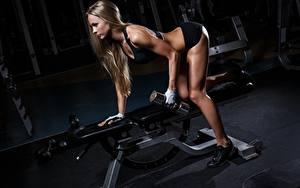 Картинка Фитнес Спортзал Тренируется Гантели Ног девушка Спорт