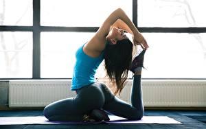Фотографии Фитнес Гимнастика Брюнетка Йога Сидящие Рука Ног молодая женщина