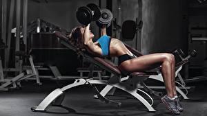 Фотография Фитнес Ноги Гантель Физическое упражнение молодая женщина