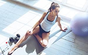 Обои для рабочего стола Фитнес Ноги Майка Сидит Гантелями Спорт Девушки