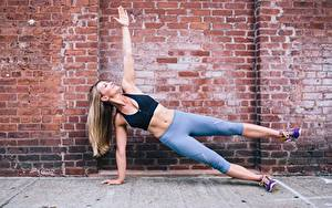 Картинки Фитнес Ноги Тренируется Руки Из кирпича Стена Спорт Девушки