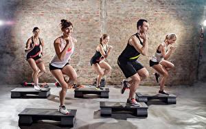 Фотографии Фитнес Мужчина Спортивный зал Улыбается Физическое упражнение Спорт Девушки