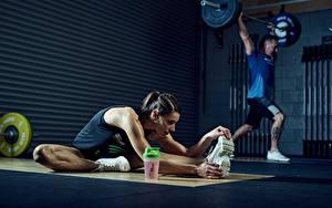 Фотография Фитнес Мужчины Спортивный зал Растягивается Физическое упражнение Подошва обуви Штанга Спорт Девушки
