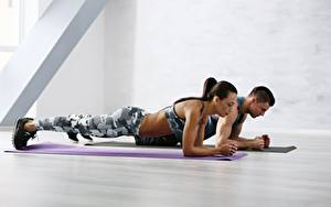 Картинка Фитнес Мужчины Спортивный зал Физическое упражнение Поза спортивный Девушки