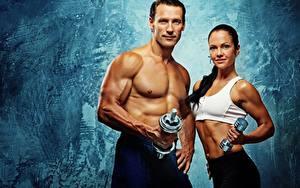 Картинки Фитнес Мужчины Двое Смотрит Мускулы Гантели Спорт