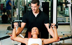 Картинки Фитнес Мужчины Двое Улыбка Гантель Спорт