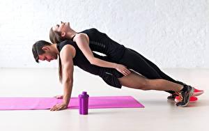 Картинки Фитнес Мужчины Двое Тренировка Отжимание Планка упражнение Спорт Девушки