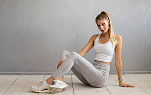 Фото Фитнес Сидящие Ног Майка Взгляд Miriam Девушки