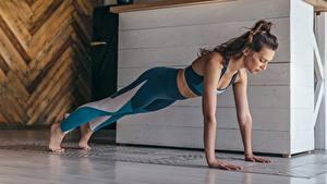 Обои Фитнес Планка упражнение Рука Девушки Спорт