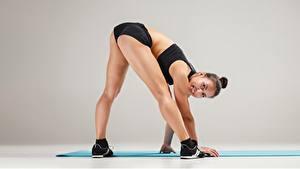 Фото Фитнес Поза Улыбка Ноги Кроссовках Взгляд Попа спортивные Девушки