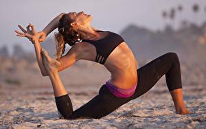 Фото Фитнес Песка Поза Шатенка Руки Ноги Растяжка упражнение Девушки
