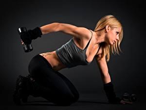 Фотография Фитнес Сбоку Блондинка Физическое упражнение Рука Гантели Девушки