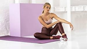 Картинка Фитнес Сидящие Ног спортивные Девушки