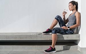 Картинки Фитнес Сидящие Майка Стакане Пьет воду Отдых Спорт Девушки