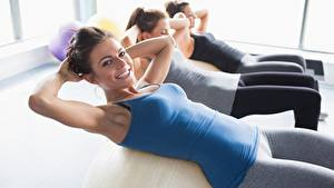 Картинки Фитнес Втроем Тренировка Взгляд Улыбка Руки Боке девушка Спорт