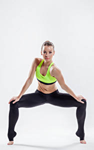 Обои Фитнес Белый фон Смотрит Ноги Девушки Спорт