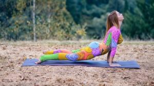 Картинки Фитнес Тренировка Позирует Планка упражнение Спорт Девушки