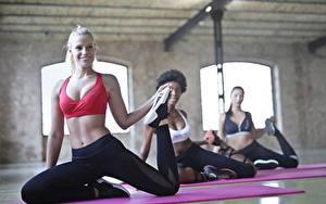 Фотографии Фитнес Физическое упражнение Растягивается Улыбка Боке Девушки