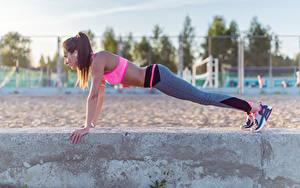 Фотографии Фитнес Шатенка Отжимается Спортивные outdoor activity sportswear pushups Девушки