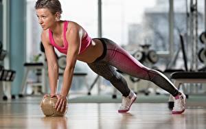 Фотографии Фитнес Мячик Отжимание Тренировка Спортивный training ball Спорт Девушки