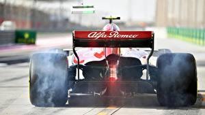 Фото Формула 1 Вид сзади Колесо Дымит Sauber C37 автомобиль