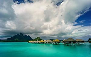 Фотография Французская Полинезия Тропики Море Небо Горы Бора-Бора Облачно Бунгало Природа
