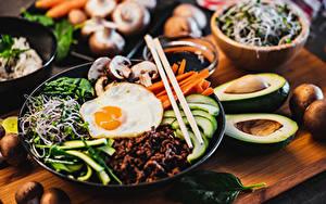 Картинки Яичница Размытый фон Нарезка Завтрак Палочки для еды Тарелка Пища