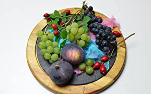 Фото Фрукты Виноград Инжир Серый фон Разделочная доска Шиповник плоды