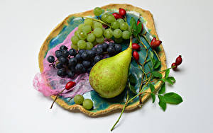Картинка Фрукты Виноград Груши Сером фоне Ветки Шиповник плоды Еда