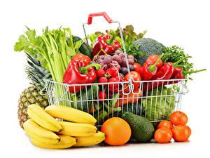 Фотография Фрукты Овощи Бананы Апельсин Авокадо Мандарины Перец Белый фон Корзина Пища