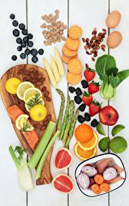 Картинки Фрукты Овощи Орехи Рыба Клубника Черника Цитрусовые Доски Разделочная доска Пища