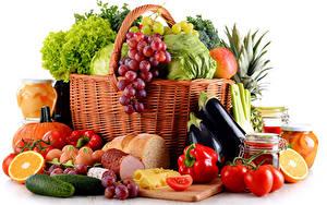 Обои Фрукты Овощи Томаты Перец овощной Виноград Сыры Ветчина Огурцы Белом фоне Корзины Пища