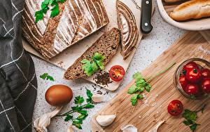 Картинки Чеснок Хлеб Помидоры Разделочной доске Яйцами Нарезка