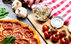 Картинки Чеснок Томаты Пицца Специи Колбаса Разделочной доске Банке Еда