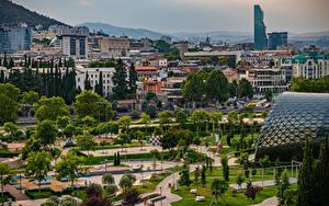 Обои для рабочего стола Грузия Горы Дома Парк Деревья Tbilisi Города