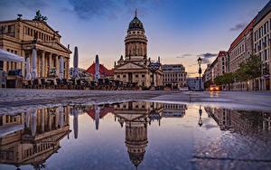 Фотографии Германия Берлин Дома Вечер Улиц Лужа Уличные фонари Города