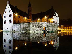 Картинка Германия Замки Пруд Ночь Уличные фонари Отражается Vischering Castle Города