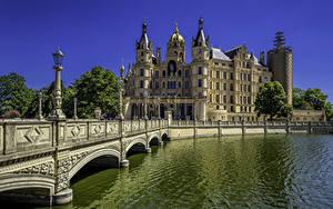 Обои Германия Замок Речка Мост Уличные фонари Дворца Schwerin Palace
