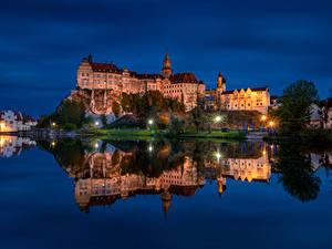 Обои для рабочего стола Германия Замки Реки Вечер Скалы Уличные фонари Sigmaringen Castle Города