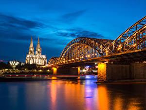 Фотографии Германия Кёльн Речка Мост Храмы Церковь Вечер Уличные фонари Hohenzollern Bridge and Cathedral город